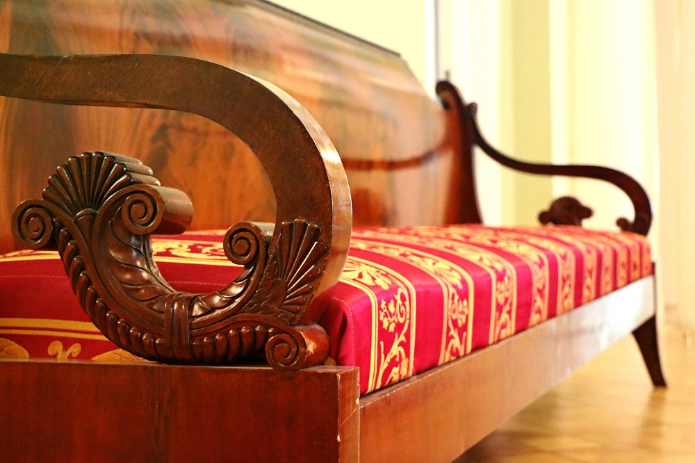 Pomalowana drewniana sofa